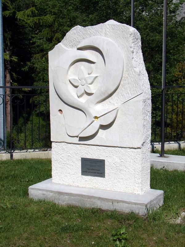 Statua ingresso Fara San Martino